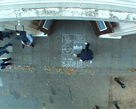 Pete Gomes, Here, here and here, vue de la performance, ICA, 2002.  Source : [http://www.mutantfilm.com/node/8]