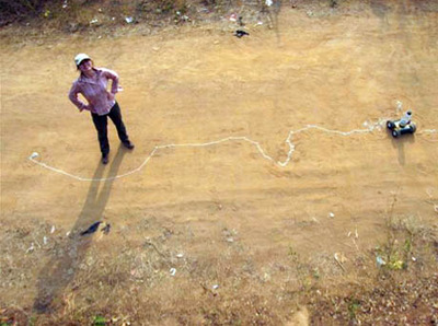 Esther Polak, Nomadik Milk, Esther Polak with the sand drawing robot, Niger, 2009. Source :[http://roomthily.tumblr.com/post/799108847/esther-polak-with-the-sand-drawing-robot-from-the]